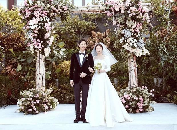 Đau lòng nhất hôm nay: 2 ngày sau khi đệ đơn ly hôn, Song Hye Kyo vẫn giữ bức ảnh cưới 4 triệu like từ 2 năm trước - Ảnh 3.