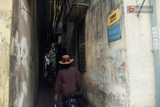 Người đàn ông 14 năm thắp hương trong khu nhà đói giữa Hà Nội: Tôi trông coi đồng bào, không ai cấm được - Ảnh 1.
