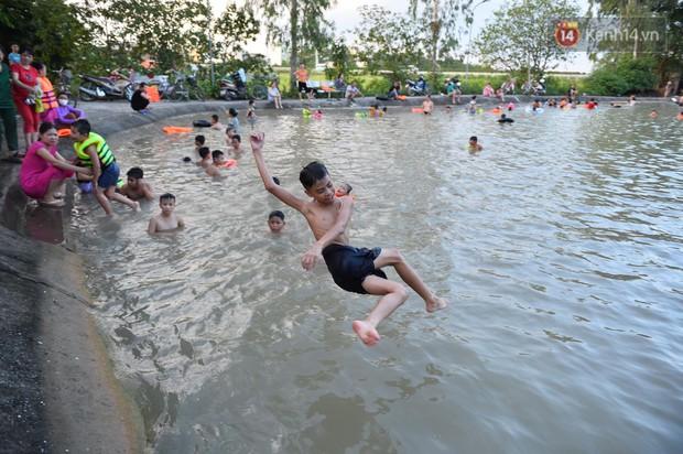 Người dân ngoại thành thích thú tắm giải nhiệt ở hồ nhân tạo giữa cái nắng như thiêu như đốt lên đến 40 độ C - Ảnh 15.