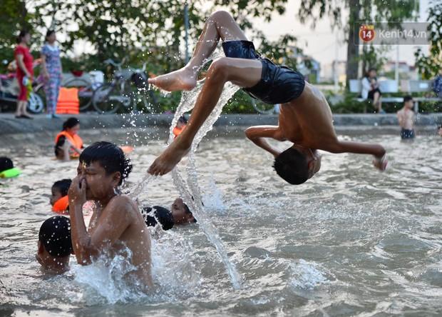 Người dân ngoại thành thích thú tắm giải nhiệt ở hồ nhân tạo giữa cái nắng như thiêu như đốt lên đến 40 độ C - Ảnh 6.