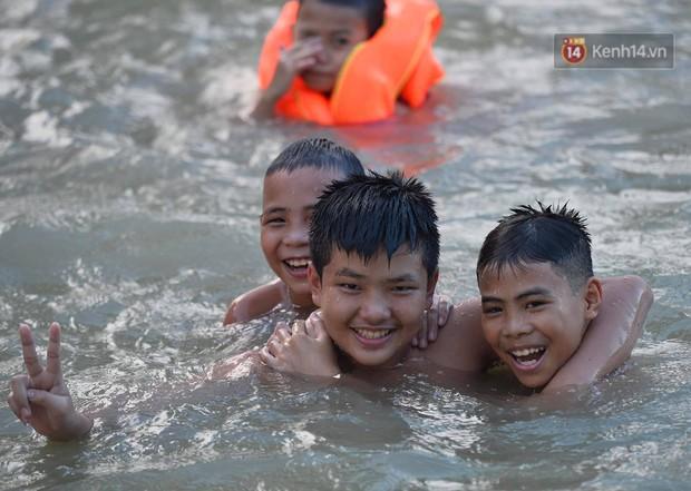 Người dân ngoại thành thích thú tắm giải nhiệt ở hồ nhân tạo giữa cái nắng như thiêu như đốt lên đến 40 độ C - Ảnh 5.