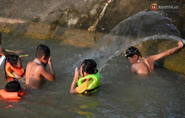 Người dân ngoại thành thích thú tắm giải nhiệt ở hồ nhân tạo giữa cái nắng như thiêu như đốt lên đến 40 độ C - Ảnh 17.