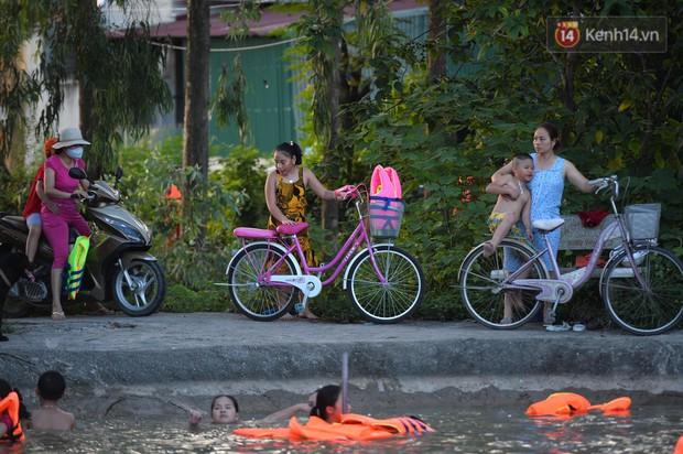 Người dân ngoại thành thích thú tắm giải nhiệt ở hồ nhân tạo giữa cái nắng như thiêu như đốt lên đến 40 độ C - Ảnh 1.