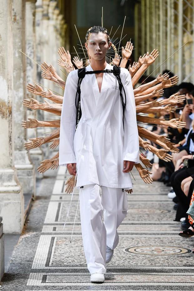 Tưởng chừng như Các vị La Hán chùa Tây Phương đã hạ phàm tại Paris Fashion Week - Ảnh 1.