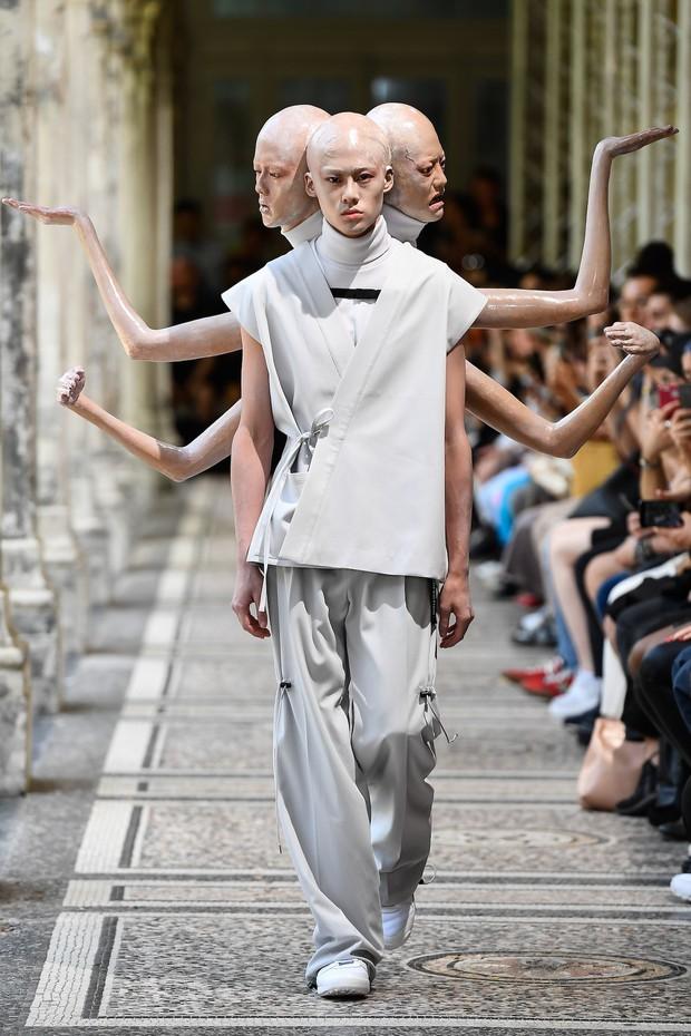 Tưởng chừng như Các vị La Hán chùa Tây Phương đã hạ phàm tại Paris Fashion Week - Ảnh 3.