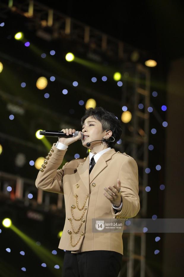 Thủy Tiên khoe chân dài mướt mắt bên dàn nam thần NU'EST, Đào Bá Lộc mang cả thanh xuân lên sân khấu show Hàn - Việt - Ảnh 9.