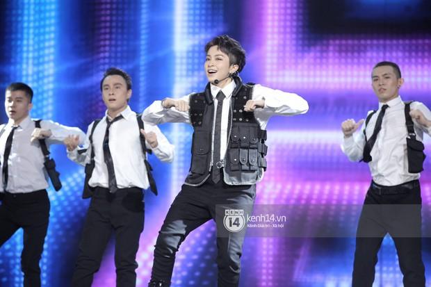 Thủy Tiên khoe chân dài mướt mắt bên dàn nam thần NU'EST, Đào Bá Lộc mang cả thanh xuân lên sân khấu show Hàn - Việt - Ảnh 10.