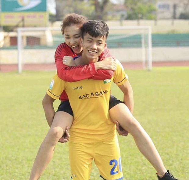 Bạn gái tin đồn của Phan Văn Đức diện váy cưới, thả thính siêu ngọt ngào: Anh muốn về nhà với em không? - Ảnh 3.