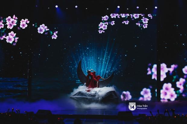 Thủy Tiên khoe chân dài mướt mắt bên dàn nam thần NU'EST, Đào Bá Lộc mang cả thanh xuân lên sân khấu show Hàn - Việt - Ảnh 4.
