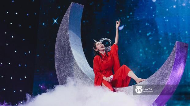 Thủy Tiên khoe chân dài mướt mắt bên dàn nam thần NU'EST, Đào Bá Lộc mang cả thanh xuân lên sân khấu show Hàn - Việt - Ảnh 5.