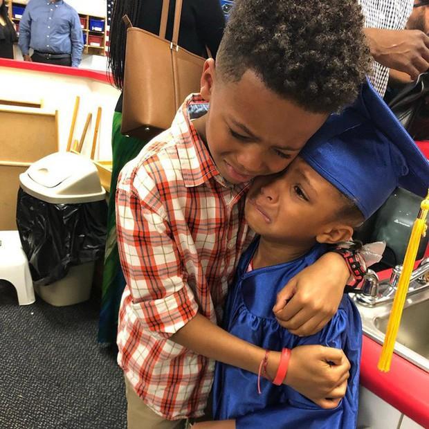 Sự thật đằng sau bức ảnh anh trai mếu máo ôm em gái trong lễ tốt nghiệp mầm non, và lời tâm sự đầy hạnh phúc của người mẹ - Ảnh 1.