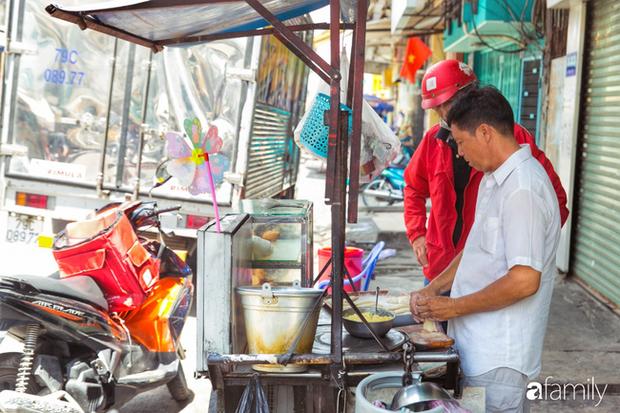 Bánh tiêu cắn ngập răng... sầu riêng - món ăn vặt nóng xốp, khó cưỡng nhất vào mùa mưa của Sài Gòn  - Ảnh 1.