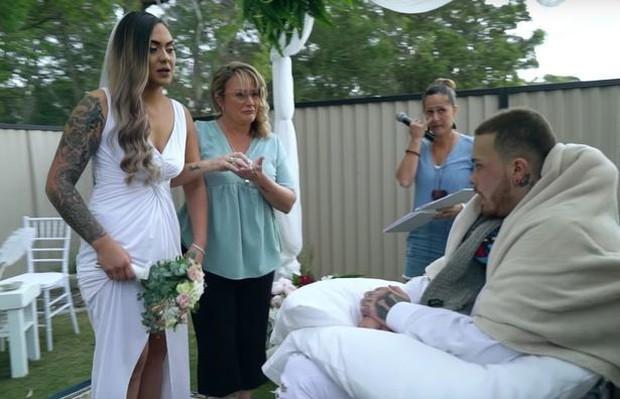 Bức ảnh lễ cưới rộn ràng mà chú rể ngồi gật gù trên xe lăn, câu chuyện về sự thật phía sau khiến ai cũng rưng rưng xúc động - Ảnh 1.