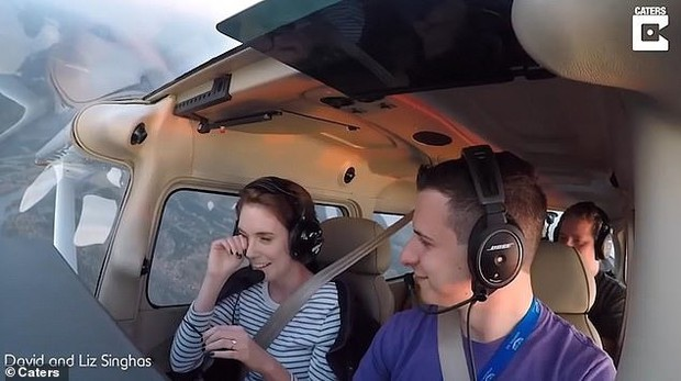 Đòi hạ cánh khẩn cấp vì gặp sự cố, chàng phi công có màn cầu hôn bạn gái ngoạn mục trên không khiến ai cũng ngưỡng mộ - Ảnh 2.