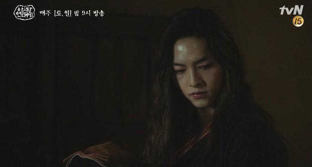 Mặc kệ biến động hôn nhân cùng sự xuất hiện của cameo Nichkhun, Song Joong Ki vẫn một mình cân hai vai cực xịn trong tập 9 Arthdal Niên Sử Kí! - Ảnh 9.