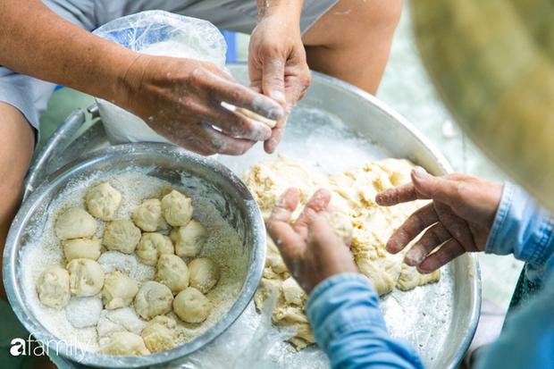 Bánh tiêu cắn ngập răng... sầu riêng - món ăn vặt nóng xốp, khó cưỡng nhất vào mùa mưa của Sài Gòn  - Ảnh 3.