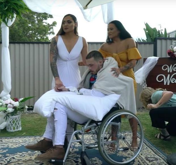 Bức ảnh lễ cưới rộn ràng mà chú rể ngồi gật gù trên xe lăn, câu chuyện về sự thật phía sau khiến ai cũng rưng rưng xúc động - Ảnh 3.
