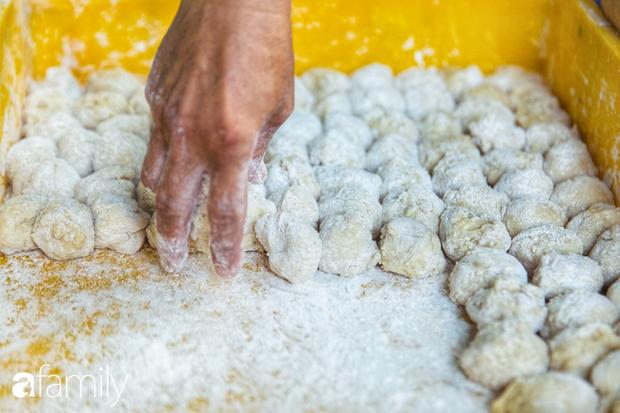 Bánh tiêu cắn ngập răng... sầu riêng - món ăn vặt nóng xốp, khó cưỡng nhất vào mùa mưa của Sài Gòn  - Ảnh 7.