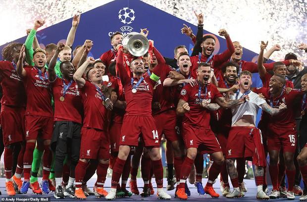 Liverpool rước cúp vô địch Champions League: Biển người nhuộm đỏ thành phố cảng sau 14 năm mòn mỏi chờ đợi - Ảnh 15.