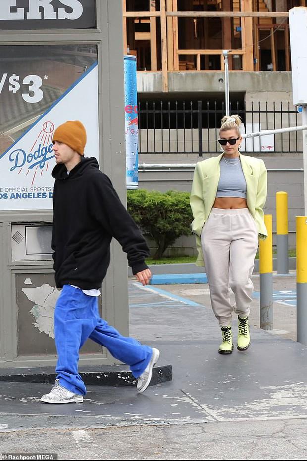 Trái ngược với ông xã Justin Bieber lôi thôi, Hailey Baldwin thần thái ngút ngàn tự tin khoe cơ bụng có múi - Ảnh 2.