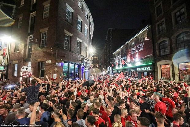 Liverpool rước cúp vô địch Champions League: Biển người nhuộm đỏ thành phố cảng sau 14 năm mòn mỏi chờ đợi - Ảnh 16.