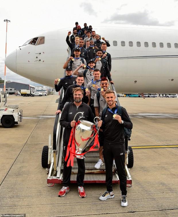 Liverpool rước cúp vô địch Champions League: Biển người nhuộm đỏ thành phố cảng sau 14 năm mòn mỏi chờ đợi - Ảnh 1.