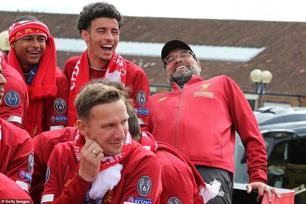 Liverpool rước cúp vô địch Champions League: Biển người nhuộm đỏ thành phố cảng sau 14 năm mòn mỏi chờ đợi - Ảnh 10.