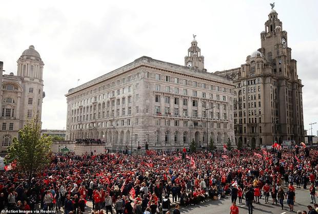 Liverpool rước cúp vô địch Champions League: Biển người nhuộm đỏ thành phố cảng sau 14 năm mòn mỏi chờ đợi - Ảnh 14.