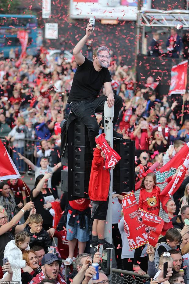 Liverpool rước cúp vô địch Champions League: Biển người nhuộm đỏ thành phố cảng sau 14 năm mòn mỏi chờ đợi - Ảnh 8.