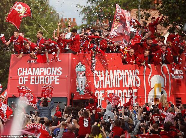 Liverpool rước cúp vô địch Champions League: Biển người nhuộm đỏ thành phố cảng sau 14 năm mòn mỏi chờ đợi - Ảnh 11.