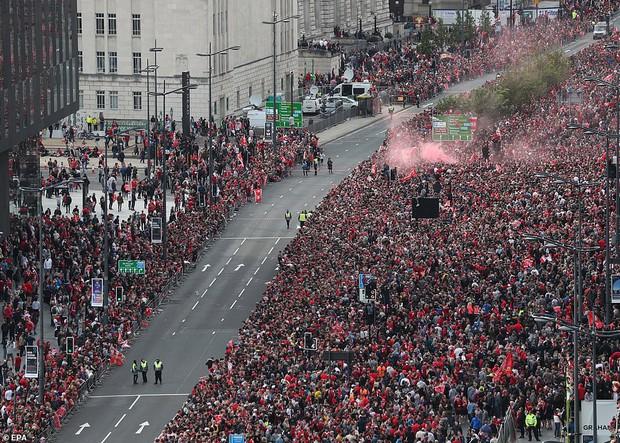 Liverpool rước cúp vô địch Champions League: Biển người nhuộm đỏ thành phố cảng sau 14 năm mòn mỏi chờ đợi - Ảnh 4.