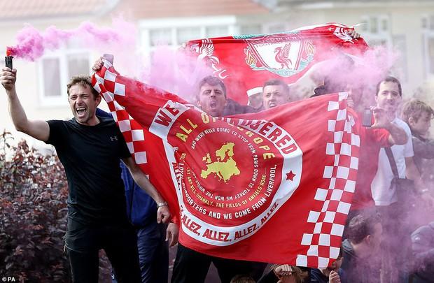 Liverpool rước cúp vô địch Champions League: Biển người nhuộm đỏ thành phố cảng sau 14 năm mòn mỏi chờ đợi - Ảnh 13.