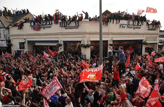 Liverpool rước cúp vô địch Champions League: Biển người nhuộm đỏ thành phố cảng sau 14 năm mòn mỏi chờ đợi - Ảnh 12.