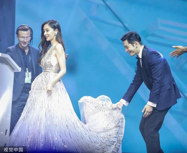 Nghi ngờ màn đỡ váy của Angela Baby - Huỳnh Hiểu Minh là bình phong, đây mới là thái độ của vợ chồng suốt sự kiện - Ảnh 1.