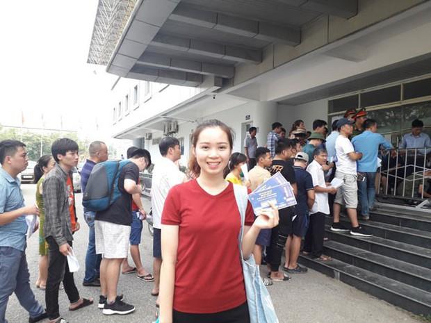 Người hâm mộ ăn bánh mỳ chống đói, chờ hàng giờ để mua vé trận U23 Việt Nam gặp U23 Myanmar - Ảnh 3.