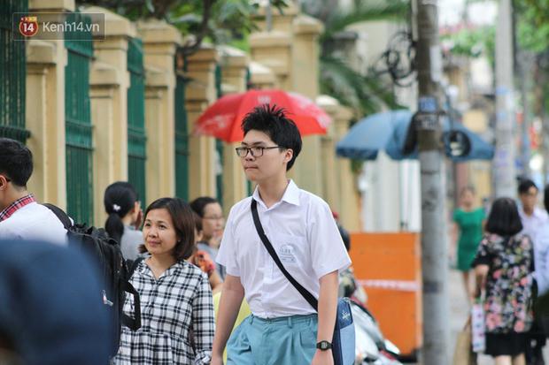 Bắt đầu kỳ thi vào lớp 10 các trường Chuyên lớn nhất Hà Nội và TPHCM: Thí sinh mệt mỏi vì nắng nóng - Ảnh 34.