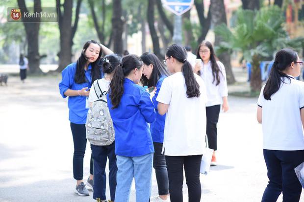 Bắt đầu kỳ thi vào lớp 10 các trường Chuyên lớn nhất Hà Nội và TPHCM: Thí sinh mệt mỏi vì nắng nóng - Ảnh 24.
