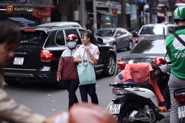 Bắt đầu kỳ thi vào lớp 10 các trường Chuyên lớn nhất Hà Nội và TPHCM: Thí sinh mệt mỏi vì nắng nóng - Ảnh 29.
