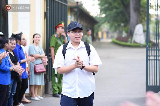 Đề thi chuyên Toán lớp 10 tại Hà Nội năm 2019: Đề khó, xuất hiện 2 câu hỏi thách thức học sinh - Ảnh 2.