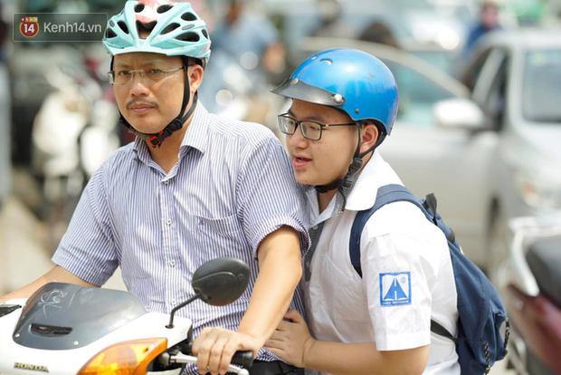Bắt đầu kỳ thi vào lớp 10 các trường Chuyên lớn nhất Hà Nội và TPHCM: Thí sinh mệt mỏi vì nắng nóng - Ảnh 35.