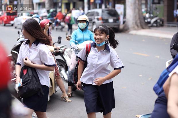 Bắt đầu kỳ thi vào lớp 10 các trường Chuyên lớn nhất Hà Nội và TPHCM: Thí sinh mệt mỏi vì nắng nóng - Ảnh 30.
