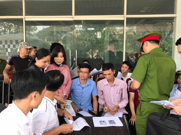 Người hâm mộ ăn bánh mỳ chống đói, chờ hàng giờ để mua vé trận U23 Việt Nam gặp U23 Myanmar - Ảnh 4.