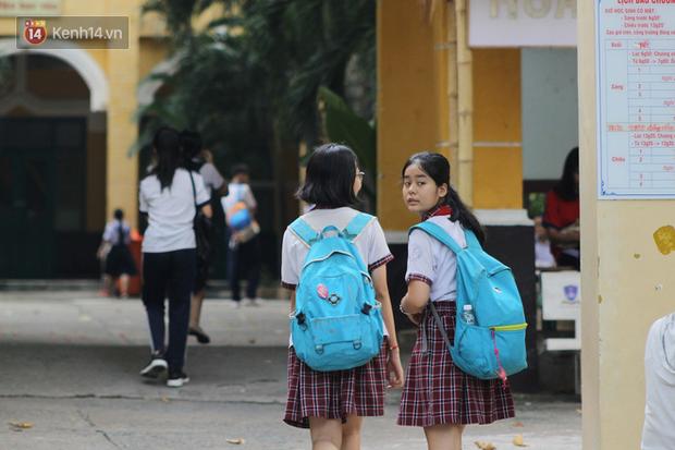 Bắt đầu kỳ thi vào lớp 10 các trường Chuyên lớn nhất Hà Nội và TPHCM: Thí sinh mệt mỏi vì nắng nóng - Ảnh 36.