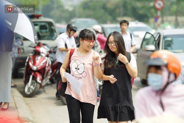 Bắt đầu kỳ thi vào lớp 10 các trường Chuyên lớn nhất Hà Nội và TPHCM: Thí sinh mệt mỏi vì nắng nóng - Ảnh 37.