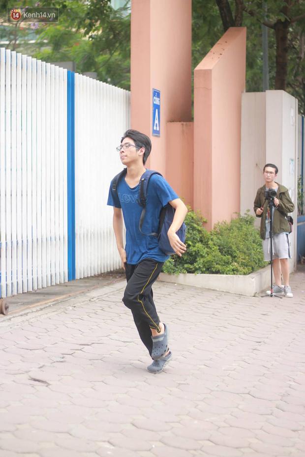 Bắt đầu kỳ thi vào lớp 10 các trường Chuyên lớn nhất Hà Nội và TPHCM: Thí sinh mệt mỏi vì nắng nóng - Ảnh 16.