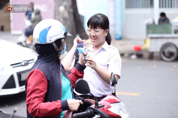Bắt đầu kỳ thi vào lớp 10 các trường Chuyên lớn nhất Hà Nội và TPHCM: Thí sinh mệt mỏi vì nắng nóng - Ảnh 31.