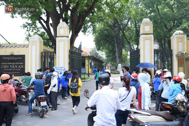 Bắt đầu kỳ thi vào lớp 10 các trường Chuyên lớn nhất Hà Nội và TPHCM: Thí sinh mệt mỏi vì nắng nóng - Ảnh 26.