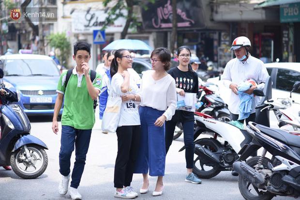 Bắt đầu kỳ thi vào lớp 10 các trường Chuyên lớn nhất Hà Nội và TPHCM: Thí sinh mệt mỏi vì nắng nóng - Ảnh 27.