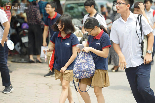 Bắt đầu kỳ thi vào lớp 10 các trường Chuyên lớn nhất Hà Nội và TPHCM: Thí sinh mệt mỏi vì nắng nóng - Ảnh 22.