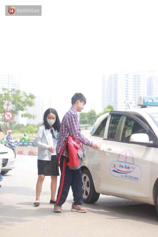 Bắt đầu kỳ thi vào lớp 10 các trường Chuyên lớn nhất Hà Nội và TPHCM: Thí sinh mệt mỏi vì nắng nóng - Ảnh 17.